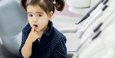 """Carie nei bambini, dietrofront dei dentisti sul fluoro: """"Niente gocce, basta il dentifricio"""""""
